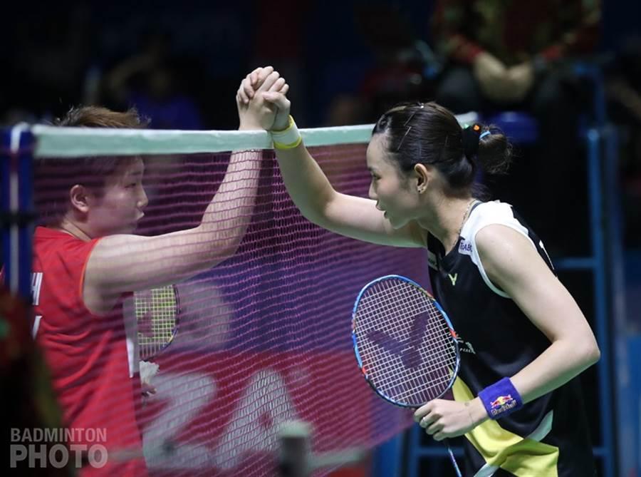 戴資穎(右)輸球後與山口茜握手致意。(badminton photo提供)