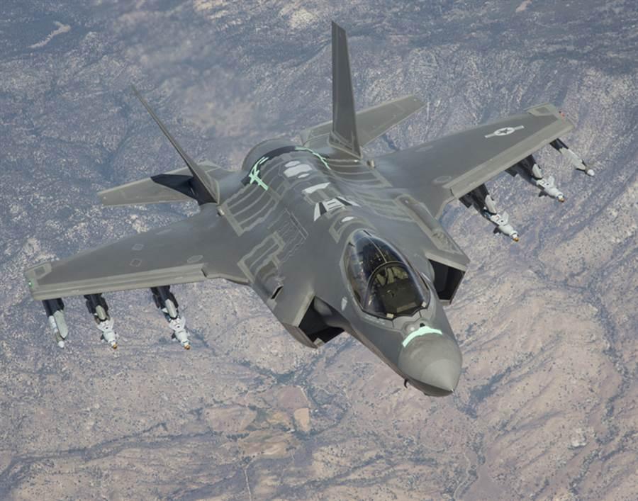 F-35戰機測試「自動防撞地系統」的資料照。(美國空軍)