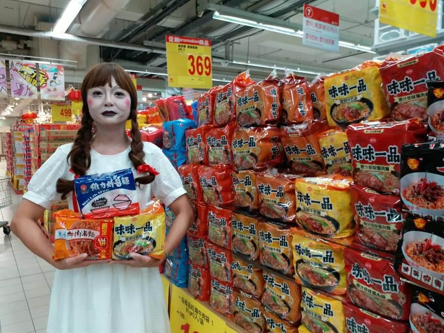 即將進入農曆民俗月,泡麵是中元普渡必備的供品之一,占全年銷售量的3成左右。(資料照片)
