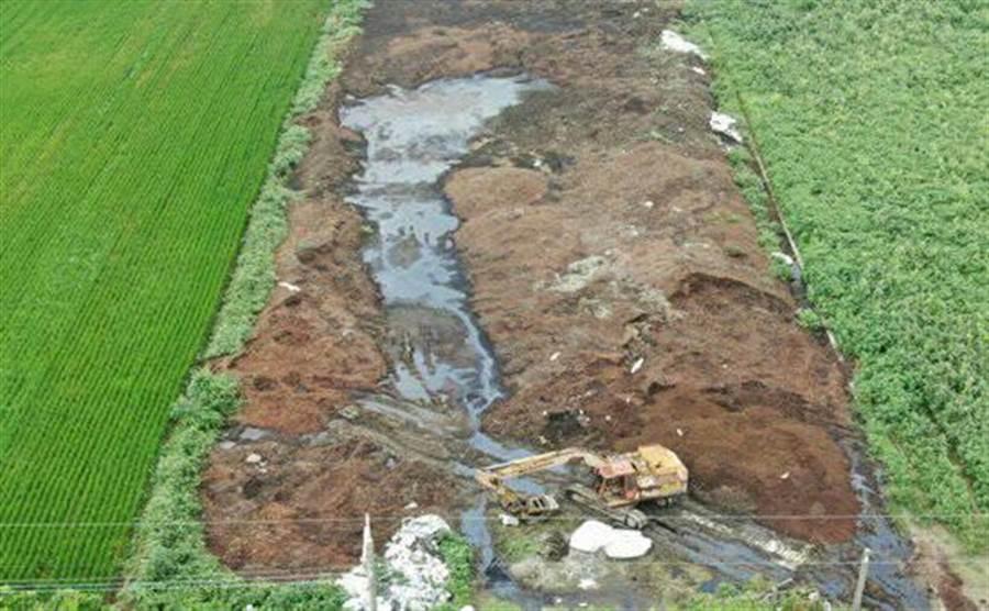 彰化檢警經過數月監控確認農地上的不明廢棄物皆為不法業者清運的飲料廠食品加工汙泥,短短時間良田就被棄置大量汙泥,面目全非。(謝瓊雲翻攝)