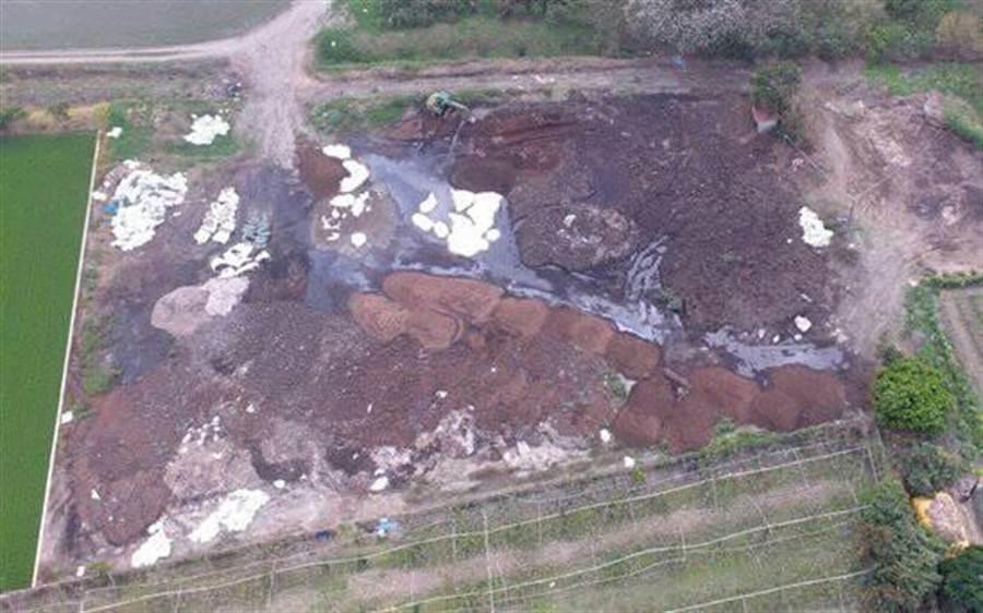 從空照圖中清晰可見農田裡大片露天棄置堆積的黑色汙泥。(謝瓊雲翻攝)