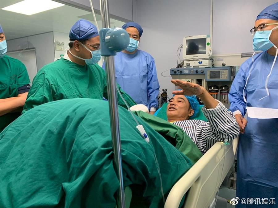 任達華在手術室內照片曝光。(圖/翻攝自騰訊娛樂微博)