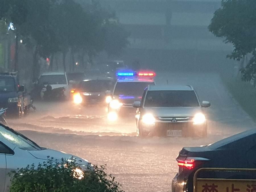 水利局強調,高雄市箱涵僅能乘載60mm時雨量,19日下午有五個行政區時雨量破百,勢必造成淹水,但箱涵有確實清淤,雨一停、排水速度快的也讓民眾有感。(袁庭堯攝)