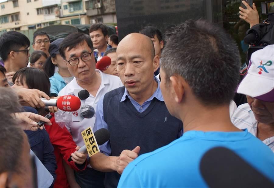 719暴雨造成高雄多處淹水,高雄市長韓國瑜(前右)前往勘災。(中央社)