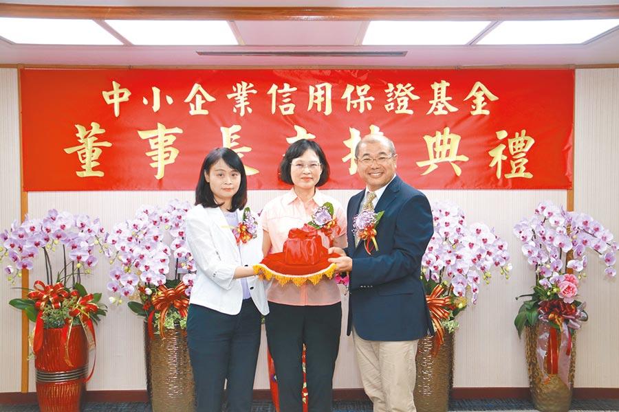 中小信保基金舉行新任董事長李耀魁(右)交接儀式。圖/中小信保基金提供