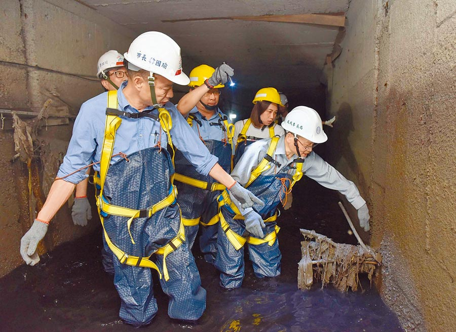 市長韓國瑜表示,清淤一定會產生效果,各地回報今年水退的速度都比較快,這是比較慶幸的地方。圖為韓國瑜日前進入下水道視察淤塞狀況。(高市府提供)