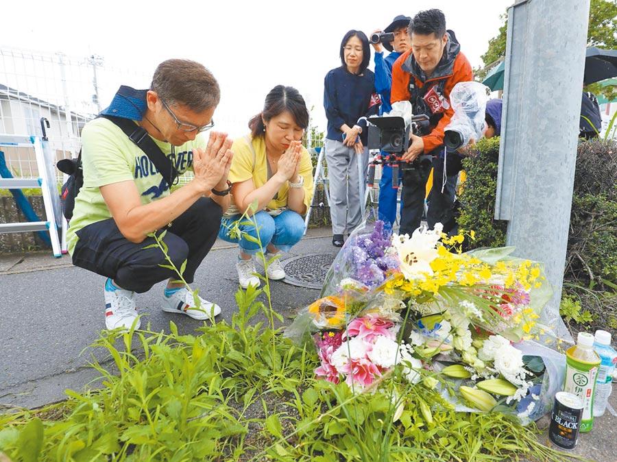 日本京都動畫公司工作室遭縱火,造成33人死亡,許多居民19日到場為火災受害者祈禱,至於犯罪動機,仍由警方調查中。(法新社)