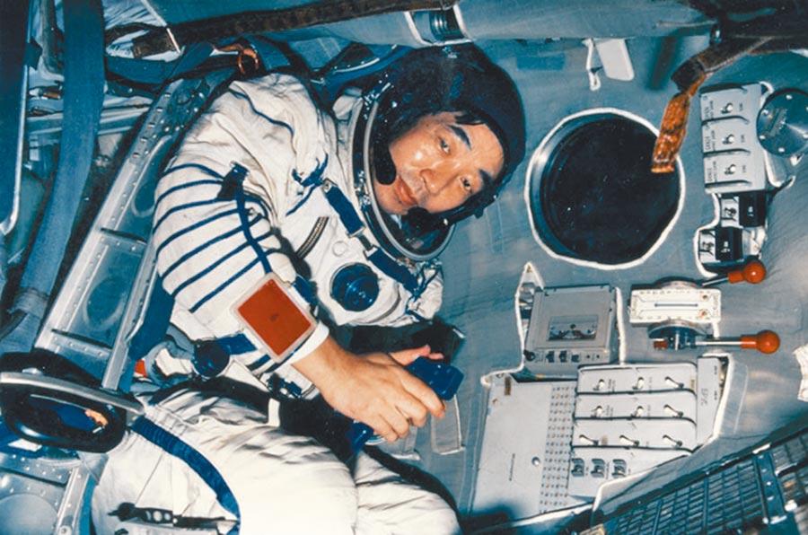 第1位進入太空的日本人是TBS電視台記者秋山豐寬。他上太空後狂吐,一天用掉80個嘔吐袋。(摘自網路)