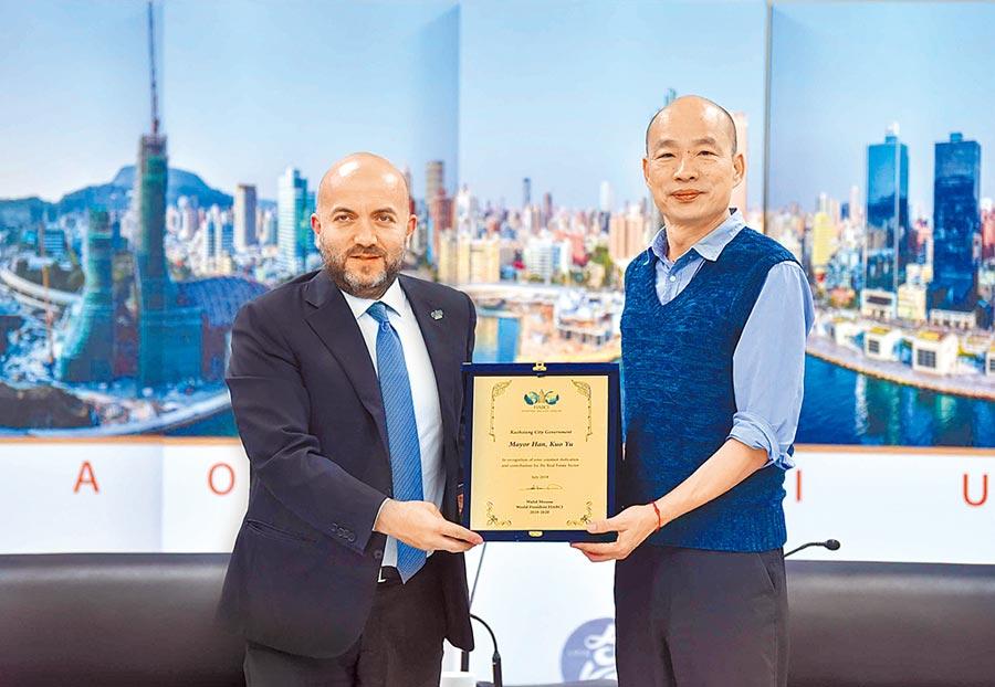 世界不動產聯盟會長穆薩(左)19日率團拜會高雄市政府,韓國瑜期待未來有更多建築設計交流的機會。(高市府新聞局提供)
