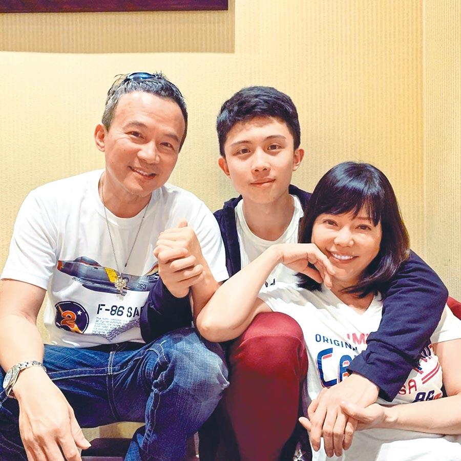 孫鵬(左起)積極鋪陳兒子孫安佐的演藝路,狄鶯笑稱現在夫妻倆是兒子的助理。(取材自IG)