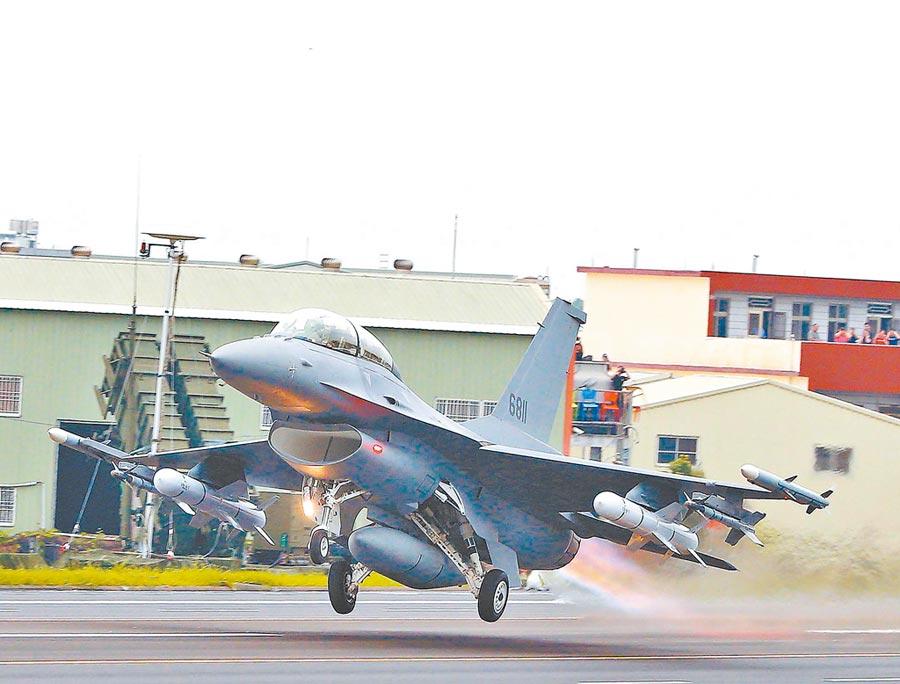 今年「漢光35演習」彰化戰備道起降操演,完成性能改良的編號6811的F-16V。(本報系資料照片)