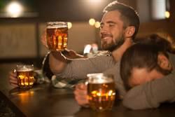 3英國好友約喝酒 醒來驚覺在德國