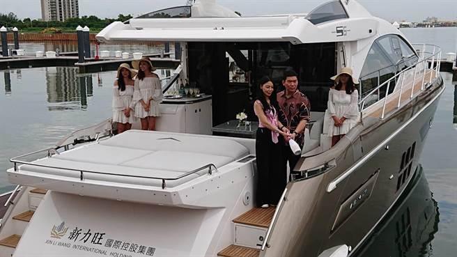 宣誓經營遊艇碼頭決心,亞果遊艇集團總裁莊周文(褐衣者)買下8000萬豪華遊艇,公開舉辦交船儀式。(程炳璋攝)