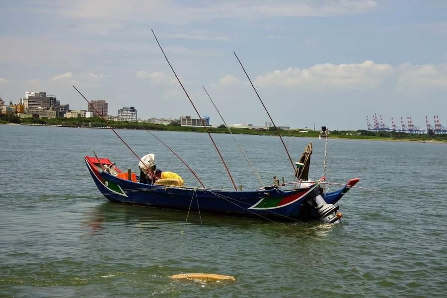 親眼觀察淡水漁民展演耙文蛤作業。