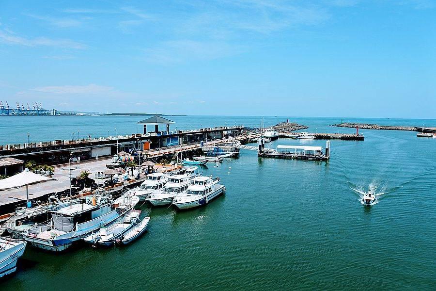 搭乘淡水「藍色公路航程」,欣賞台北港美景。