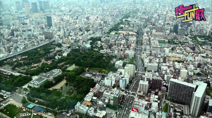 站在高達300公尺的阿倍野HARUKAS觀景台上,俯瞰城市的高樓大廈,瞬間渺小的像模型玩具。