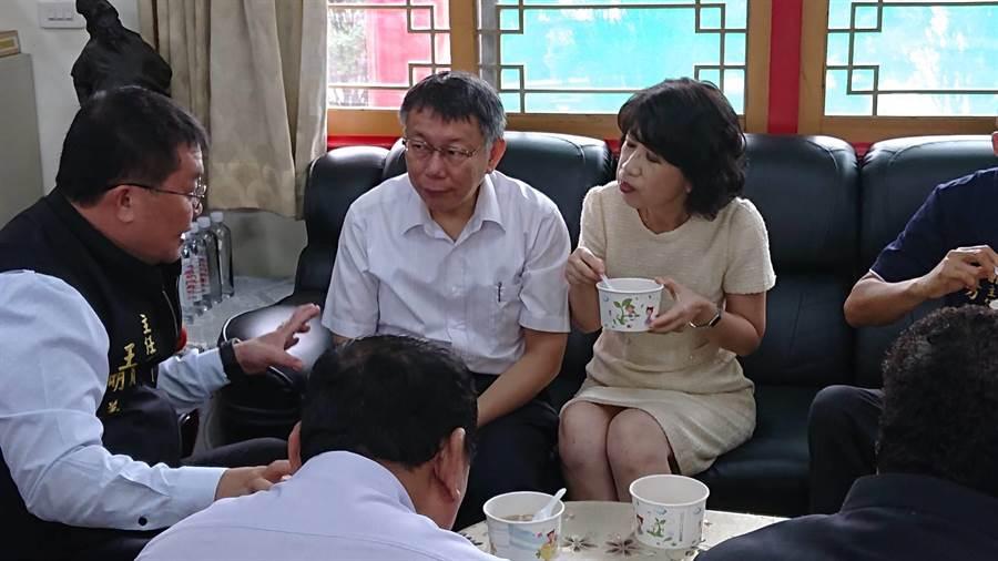 台北市長柯文哲(白襯衫者)與夫人陳佩琪在聖母廟品嘗台南美食,邊聽主委王明義(左一)說明廟史。(程炳璋攝)