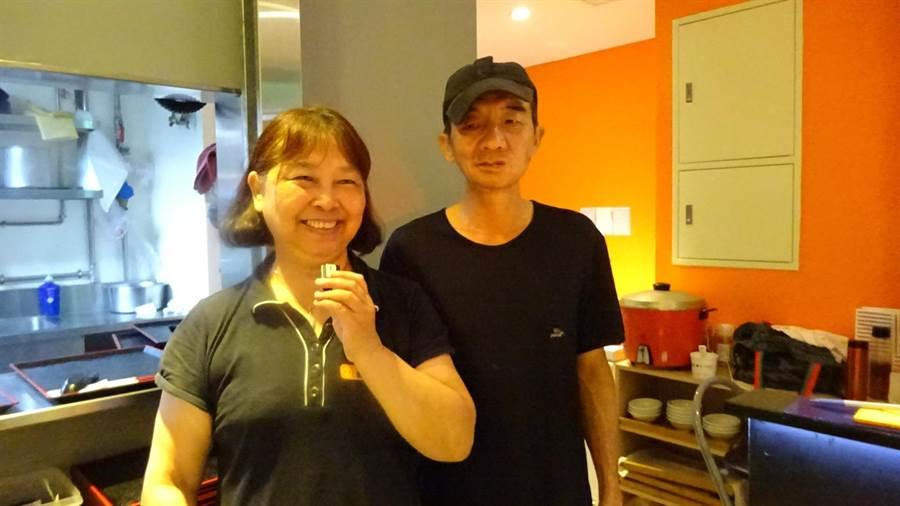 林坤海獲台中市府勞工局「職務再設計」補助,戴上助聽器,透過藍芽麥克風,在廚房就能清楚聽到外場點餐指令。(盧金足攝)