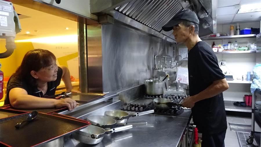 還未戴助聽器之前,林坤海都要與員工正面相望讀唇語,否則聽障加上廚房噪音,偶因辨識不清造成點餐失誤。(盧金足攝)
