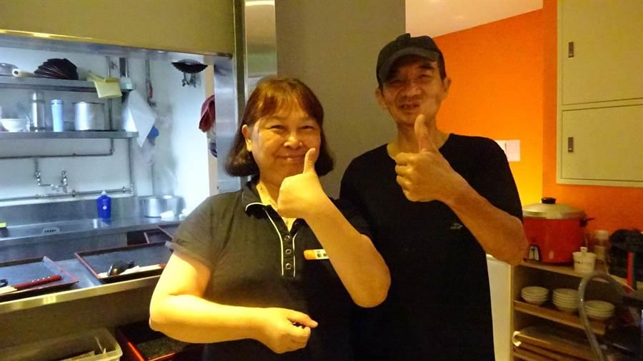 林坤海戴上助聽器,終於又聽到聲音,與妻子劉美莉豎起大拇指,為政府德政按讚!(盧金足攝)