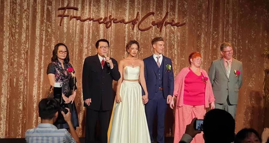 王夢麟前妻(左起)、王夢麟、王煒詞、賴瑞克及男方家長。取自臉書