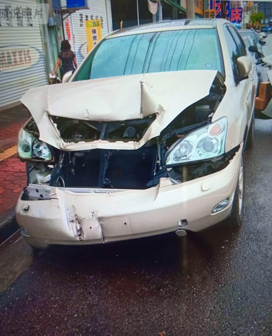 蕭姓男子所駕駛的白色自小客車,因巨大撞擊導致引擎蓋凹陷隆起。(張妍溱翻攝)