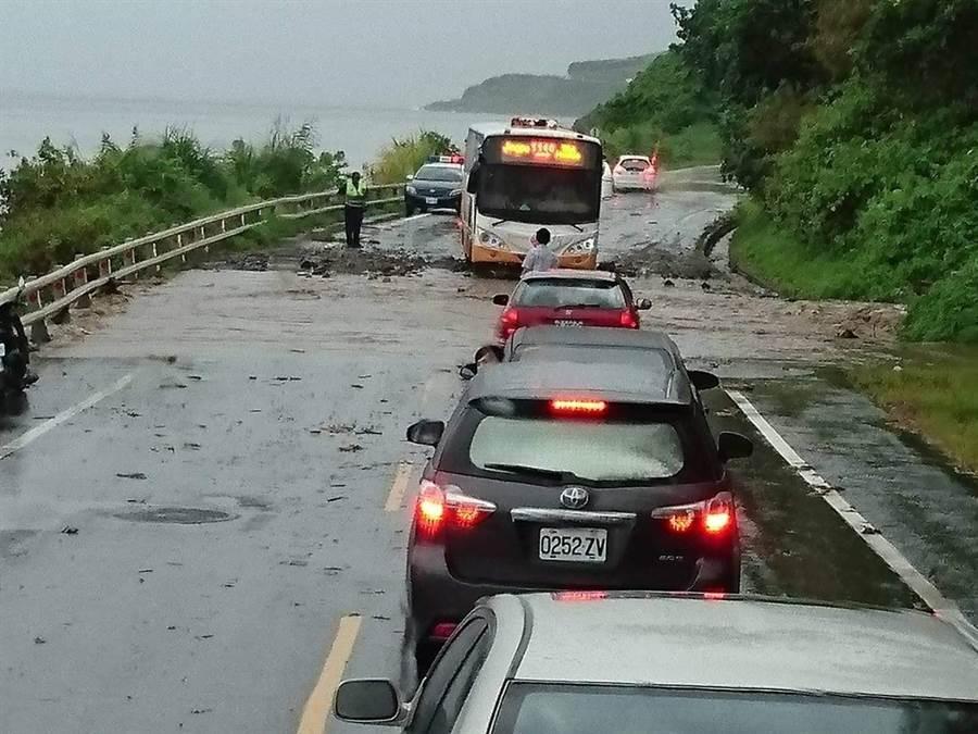 花蓮豐濱台11線56K邊坡今早傳出土石流到路面,一度影響交通。(許家寧翻攝)
