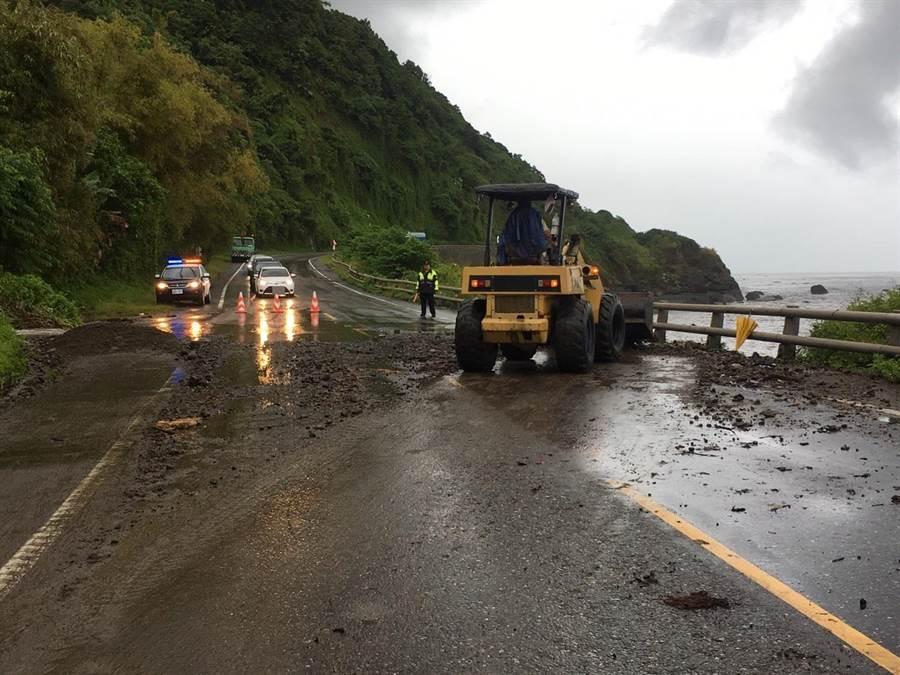 公路單位派遣機具清除落石,目前已經恢復通車。(許家寧翻攝)