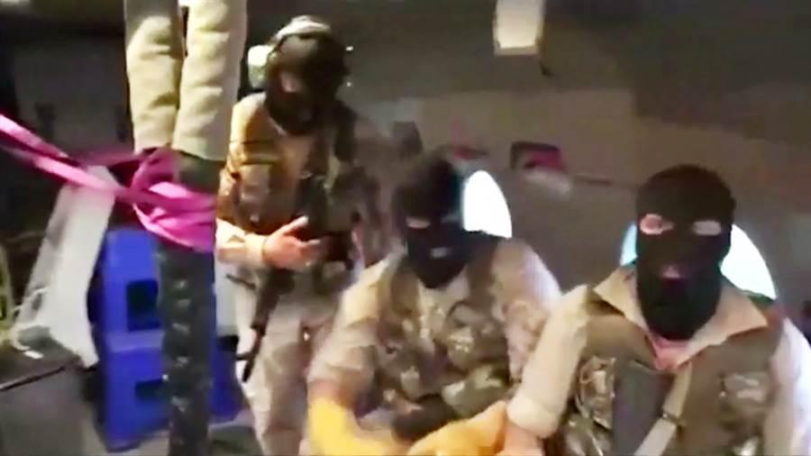 伊朗官方20日公布蒙面革命衛隊士兵垂降登船扣押英籍油輪史丹納帝國號的畫面。(圖/路透社)