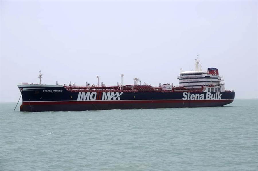 19日遭扣押的英籍油輪史丹納帝國號20日被拍到停泊在伊朗阿巴斯港(Bandar Abbas)。(圖/美聯社)