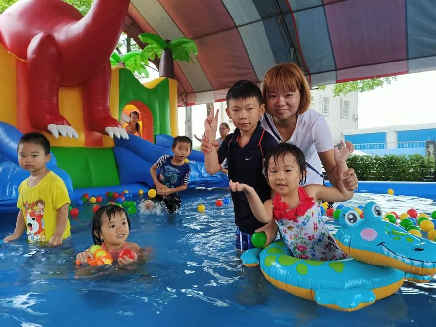 太保市108年親子夏令營暨模範兒童表揚活動,雖然天公不作美,早上一直下大雨,但小朋友各個穿著雨衣玩的不亦樂乎。(張毓翎攝)