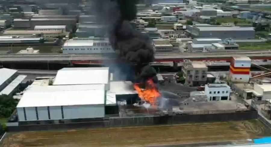 梧棲發生廢棄物火警,黑煙直逼天際嚇壞人,所幸無人員傷亡。(翻攝社群《梧棲串起來》)