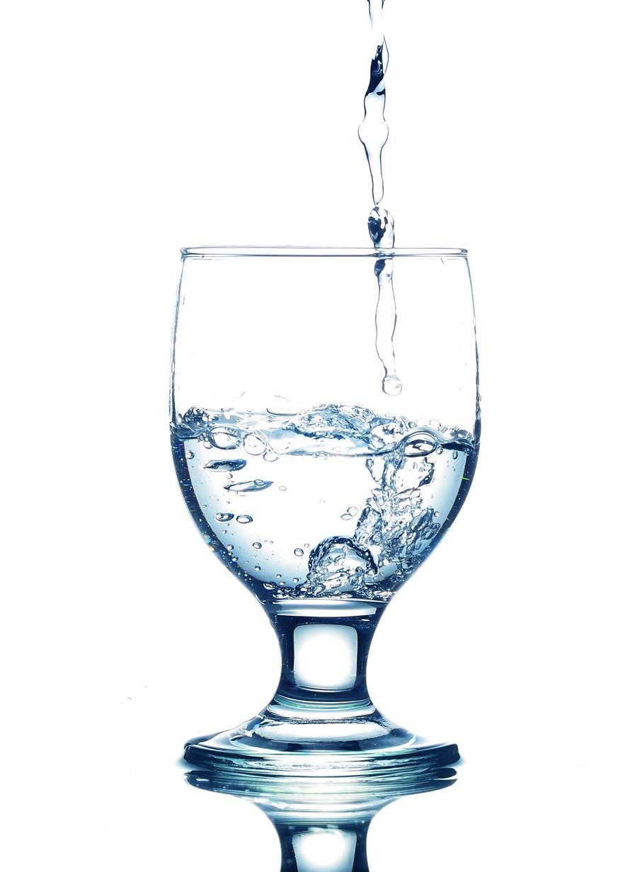 不少人認為氣泡水可以減肥,因為容易有飽足感。(達志影像)