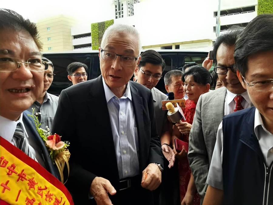 國民黨主席吳敦義(圖中)21日中午出席台中市黃氏宗親會30周年會員大會。(張妍溱攝)