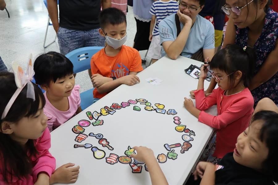 台南市善化區公所圖書館21日舉辦時下最熱門的桌遊活動,小朋友玩得聚精會神。(劉秀芬攝)