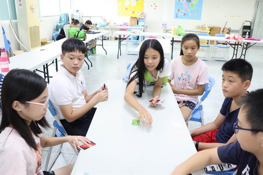 台南市善化區公所圖書館21日舉辦時下最熱門的桌遊活動,公所也準備了益智、競技、動腦等全年齡都適用的桌遊。(劉秀芬攝)