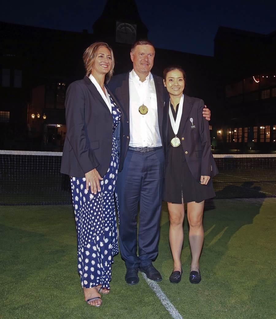 李娜(右起)、卡費尼可夫和皮爾絲成為2019梯國際名人堂成員。(美聯社)