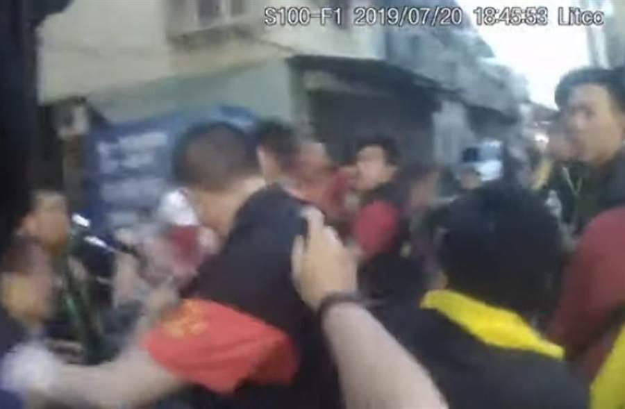廟會細故打群架警依社維法傳涉案人(謝明俊翻攝)