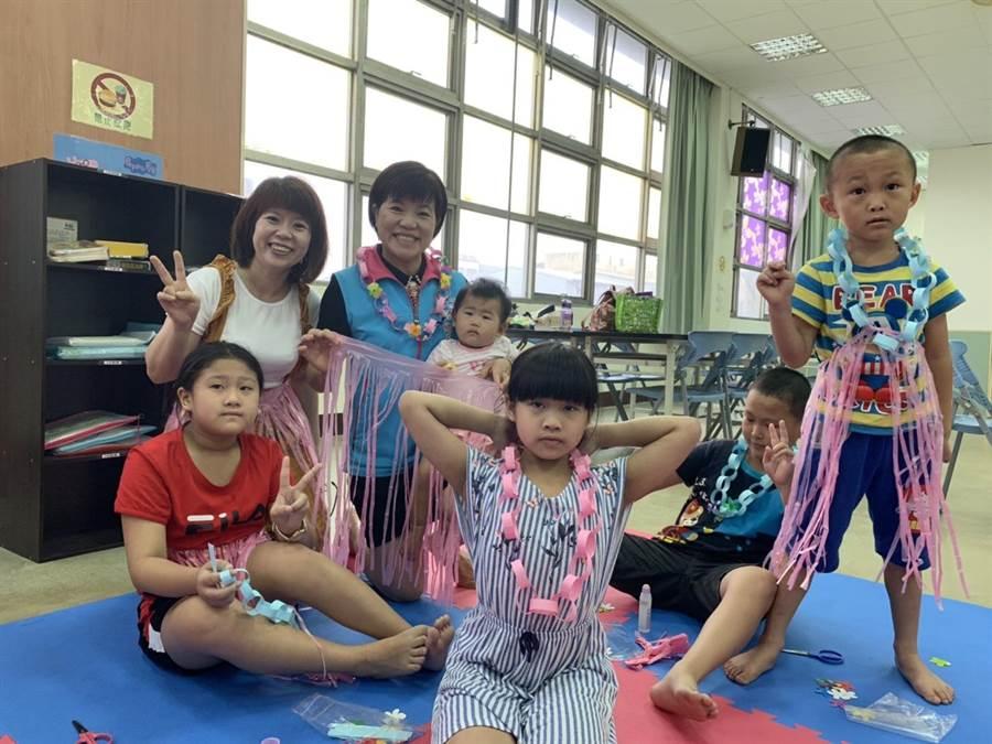 吉安鄉長黃淑貞(左三)與學童們藉由手作勞作學習。(王昱凱攝)