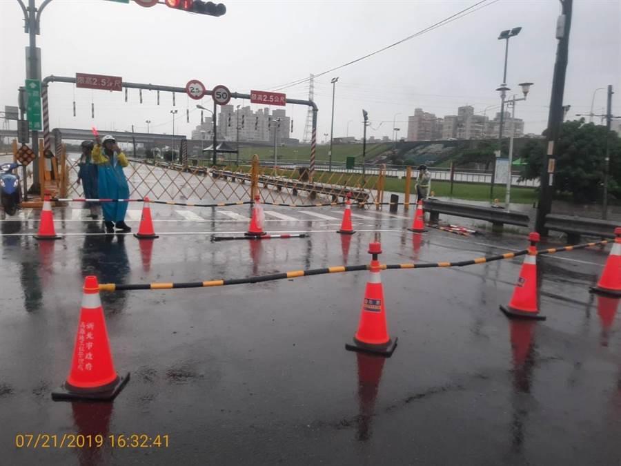午後一場大雨,新北市二重疏洪道積水道路管制。(吳家詮翻拍)