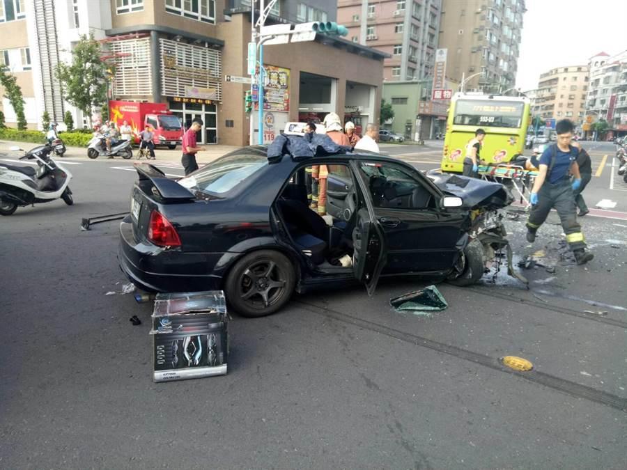 黑色轎車車頭嚴重凹陷毀損。(譚宇哲翻攝)