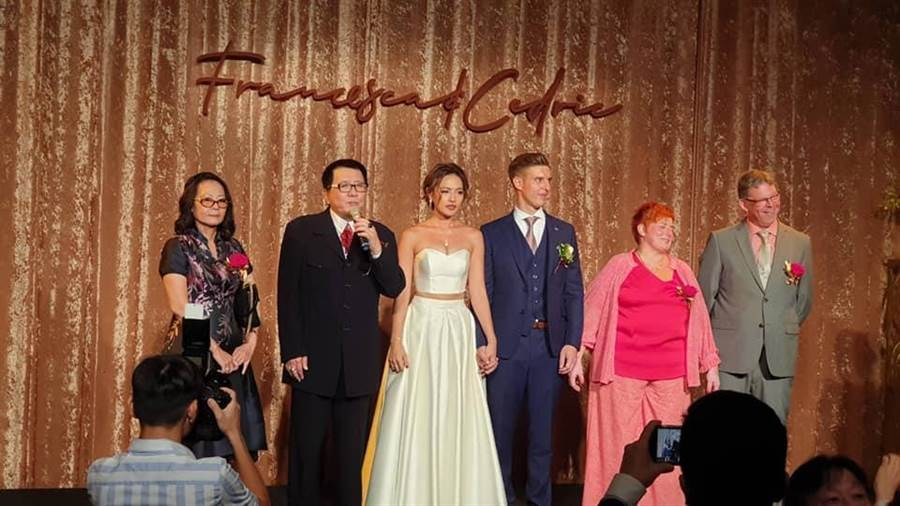 王夢麟前妻(左起)昨晚與王夢麟一同上台致詞。(翻攝臉書)