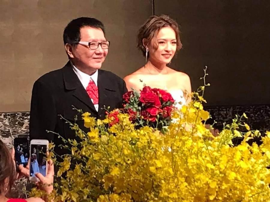 王夢麟(左)昨晚為小女兒辦歸寧宴。(翻攝臉書)