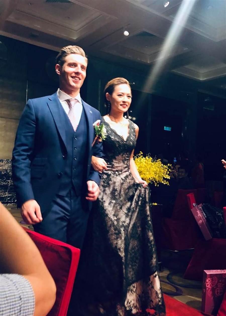 王夢麟的小女兒(右)昨辦歸寧宴。(翻攝臉書)