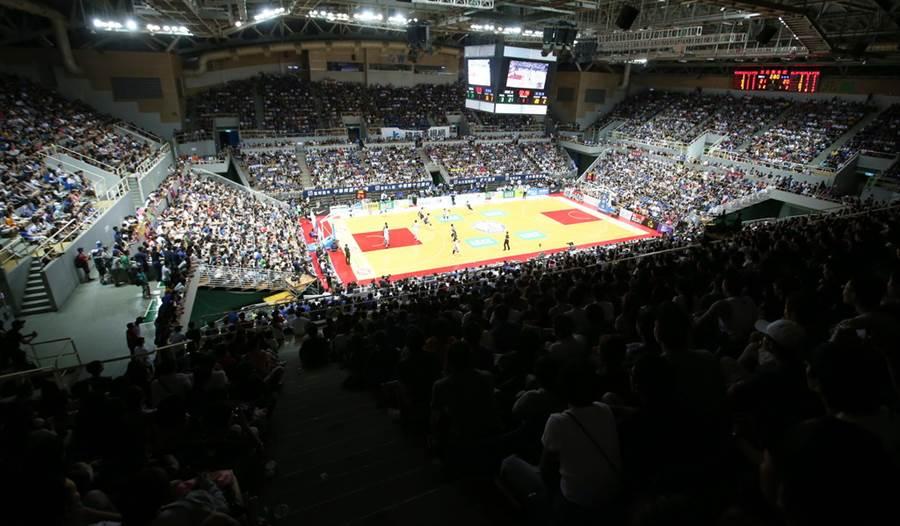 新莊體育館擠進超過八千名球迷進場觀戰。(瓊斯盃提供)