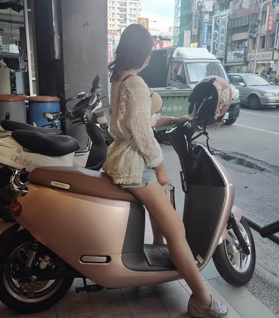 她問車有刮痕怎辦?網被車頭燈亮瞎 (圖/翻攝自台南 Gogoro Club FB)