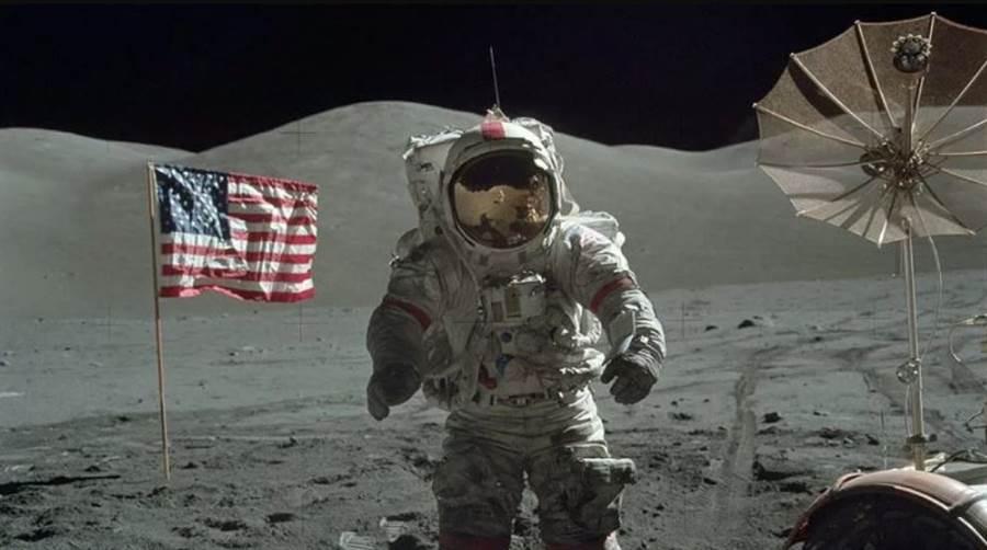 直到現今,仍有很多人認定,登月只是攝影棚拍出的特效片,但電影專家說並不可能。(圖/NASA)