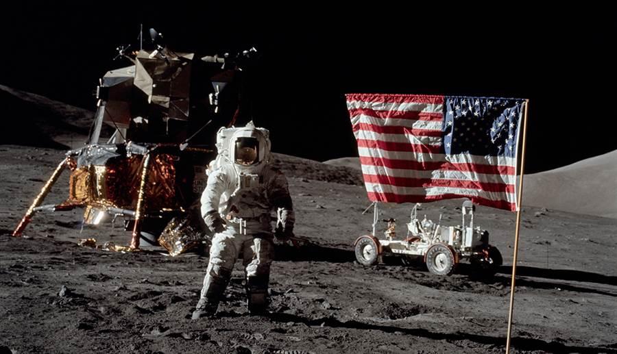 月球上的美國國旗經被被質疑,然而只有在立國旗階段時,國旗才有所擺動。(圖/NASA)