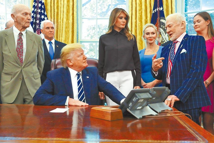 美國總統川普19日在白宮會見當年登月太空人艾德林(右)、柯林斯(左),以及「登月第一人」阿姆斯壯的家人,以紀念人類登月屆滿50周年。第一夫人梅蘭妮亞(中)及副總統彭斯(左二)也在場。(路透)