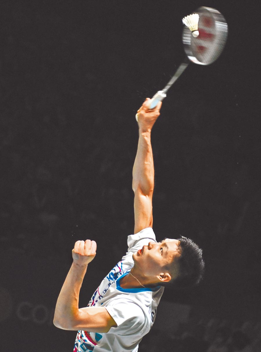周天成力戰3局擊退20歲華裔泰國小將王高倫,生涯首度打入BWF超級1000系列冠軍賽。(法新社)